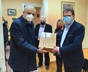 Predsjednik Republike Aleksandar Vučić iznenadio poklonima i čestitkom predsjednika Žigmanova